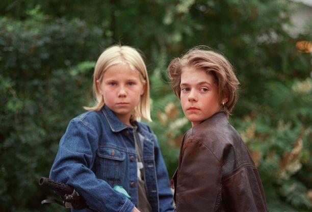 Kim (Henri Valonen) ja Tuukka (Ronnie Andersson) näyttelivät sarjassa kaveruksia. Tosielämässä he olivat parhaat ystävät.