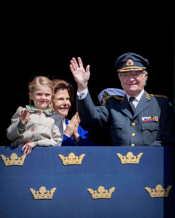 Estelle vilkutti kansalle Kaarle Kustaan syntymäpäivillä viime vuoden huhtikuussa.