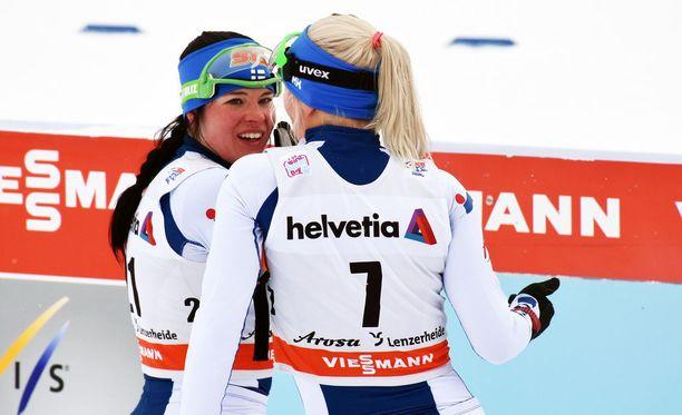 Krista Pärmäkoski (vas.) ja Mari Laukkanen rupattelivat tovin lauantaina Sveitsissä hiihdon sprinttikilpailun jälkeen. Muodostavatko he olympiakisoissa Koreassa Suomen joukkueen hiihdon pariviestissä?