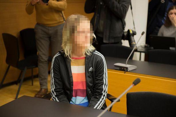 Koulusurman valmistelusta syytetty nainen saapui perjantaina käräjäoikeuteen hyväntuulisena.