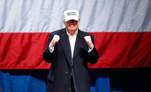 Donald Trumpin kampanja suhtautui katkerasti Yhdysvaltain liittovaltion poliisin tiedonantoon, ettei Hillary Clintonin sähköpostit antaneet aihetta syytteille.