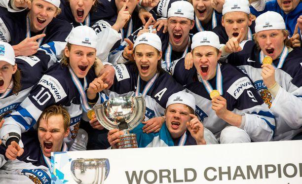 Hockey News povaa Leijonille menestystä seuraavalta vuosikymmeneltä. Kuva nuorten MM-kisojen kultajuhlista vuodenvaihteesta.