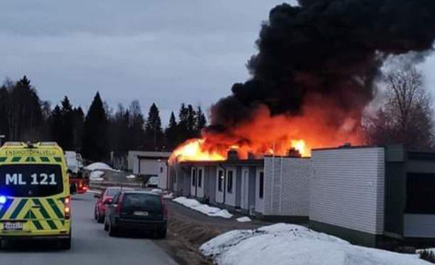 Pelastuslaitoksen mukaan palo on kolmessa asunnossa täyden palon vaiheessa.