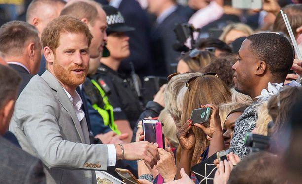 Prinssi Harry viihtyi kymmenen minuuttia kansan parissa.