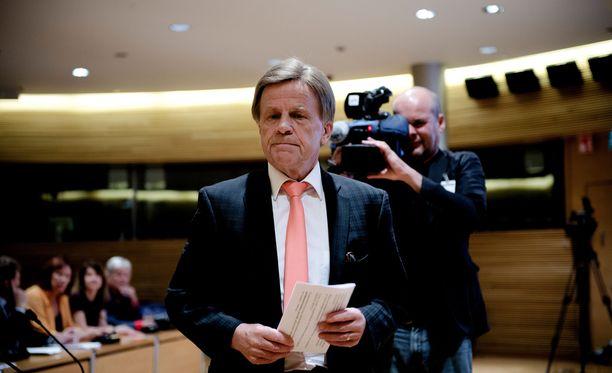 Mauri Pekkarinen johtaa puhetta kansalaisten kyselytunnilla.