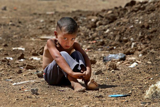 Syyrialaispoika tilapäisellä pakolaisleirillä lähellä Syyrian rajaa Libanonissa.