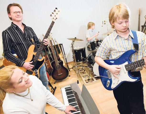 Matias vetelee kitarasooloa, Tobias rytmittää rummuilla. Ira Kaspin ja Ape Anttilan perheessä on kvartetti.