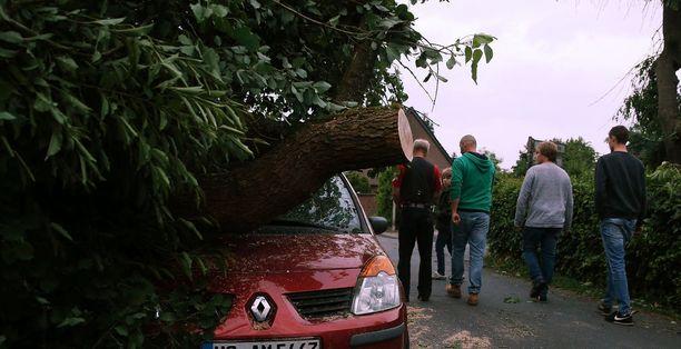 Kaksi ihmistä loukkaantui myrskyssä, toinen heistä vakavasti.