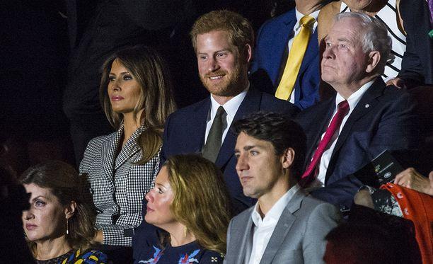 Toronton Air Canada Centressä järjestetyssä Invictus Games -urheilutapahtuman avajaisissa prinssi Harry istui Melania Trumpin ja Kanadan pääministeri Justin Trudeaun seurassa. Tyttöystävä Meghan Markle istui muutama penkkirivi taaempana.