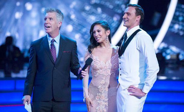 Uimari Ryan Lochten ensiesiintyminen Yhdysvaltain Dancing with the Stars -ohjelmassa päättyi ikävällä tavalla. Lochten vierellä hänen tanssiparinsa Cheryl Burke ja ohjelman juontaja Tom Bergeron.