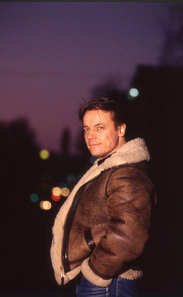Mikkonen opiskeli valtiotieteen maisteriksi Helsingin yliopistossa. Hänen oppiaineensa oli poliittinen historia. Mies oli uranuurtaja kotimaisen talk show -viihteen tekemisessä.