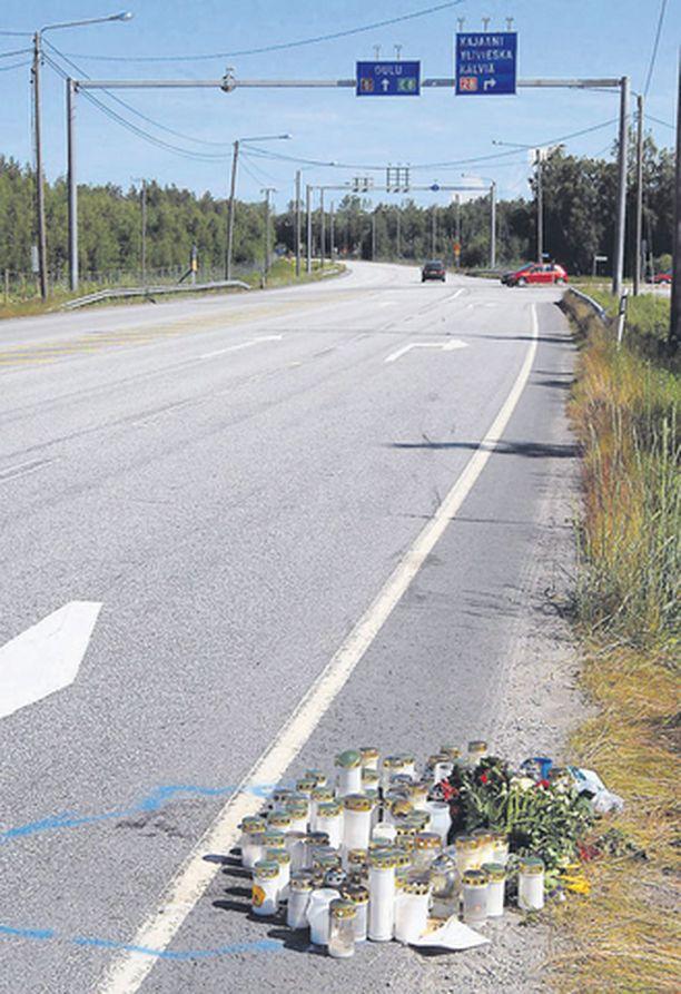 Kuvan kynttilät ja kukat kunnioittavat Kälviällä yliajossa menehtyneen poliisin muistoa.
