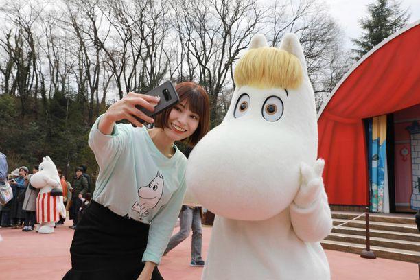 Muumihahmot olivat suosittua selfie-seuraa Hannon muumipuiston avajaisissa.
