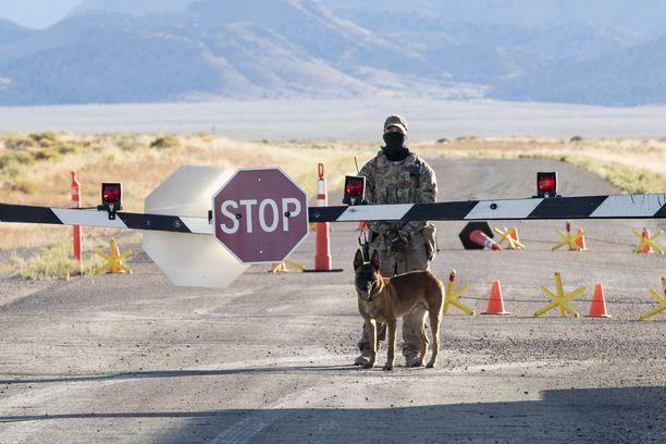 Sotilas vartoi aluetta Area 51:n edessä.