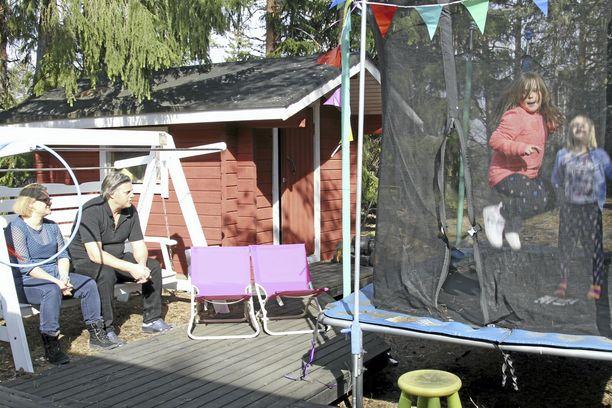 Kotipihalle tuli trampoliini, kun toimintaterapeutti suositteli sitä erityslapsen energian ja ahdistuksen purkuun. Sisällä ovat käytössä riippumatot, pomppupallot ja tasapainotyynyt sekä kuvakortit päivän toimien hahmottamiseksi.