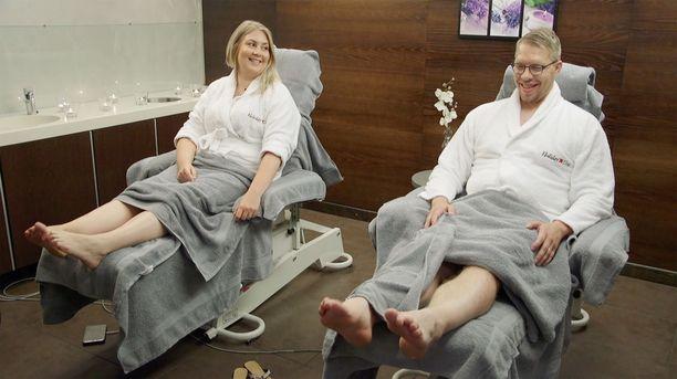 Johanna ja Markus rentoutuivat jalkahoidossa.