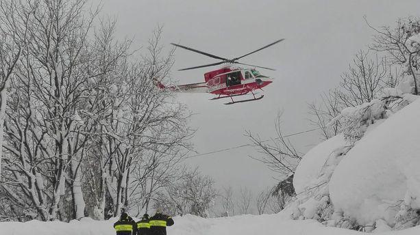 Pelastusmiehet pääsivät paikalle helikoptereilla ja suksilla.