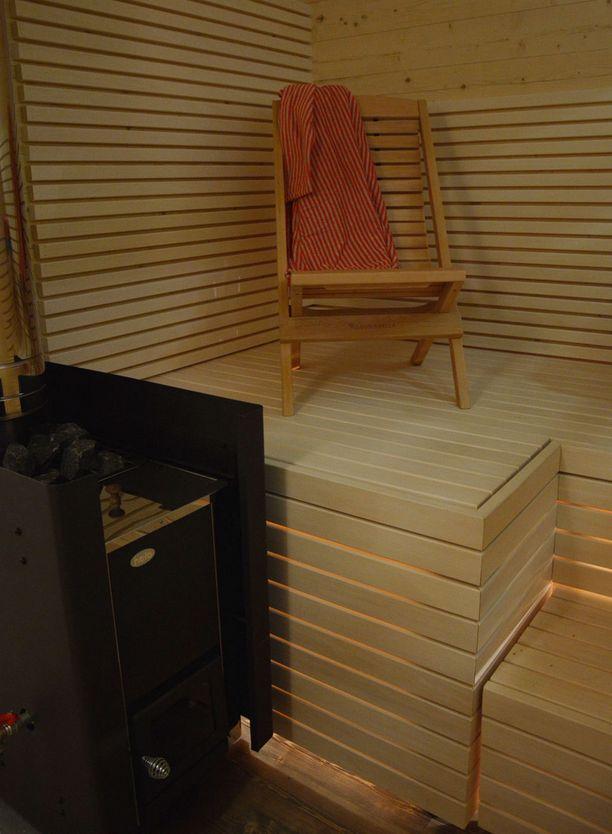 Tämä pihasauna on tehty kotimaisesta uutuudesta: CLT-materiaalista eli ristiinliimatusta puusta.