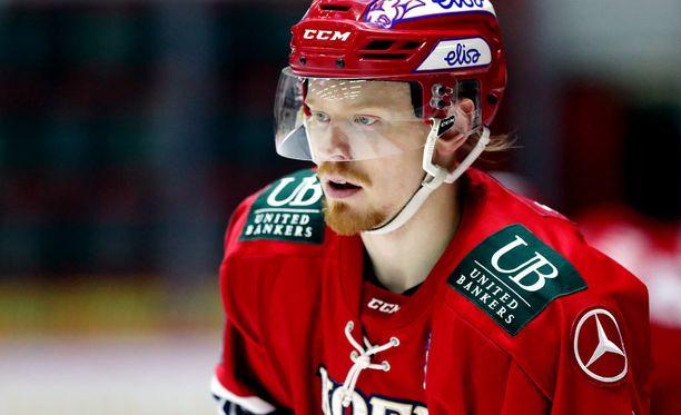 HIFK:n Saku Salmela sortui tapojensa vastaiseen ylilyöntiin.