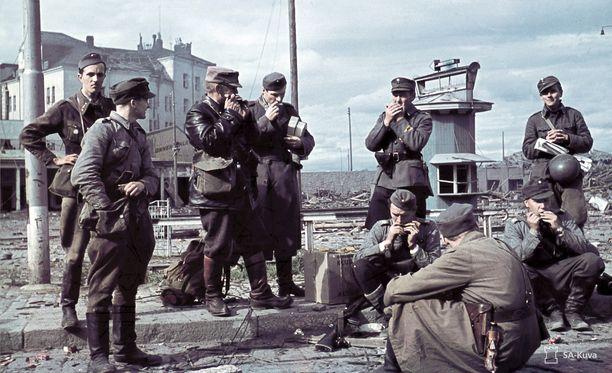 Tiedotuskomppanian miehiä Viipurissa Jatkosodan aikaan.