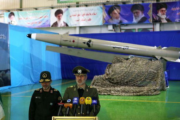 Iranin puolustusministeri Amir Hatami esitteli maanantaina uutta lyhyen kantaman Fateh-mobin-ohjusta ja vannoi maan parantavan ohjusarsenaaliaan entisestään.