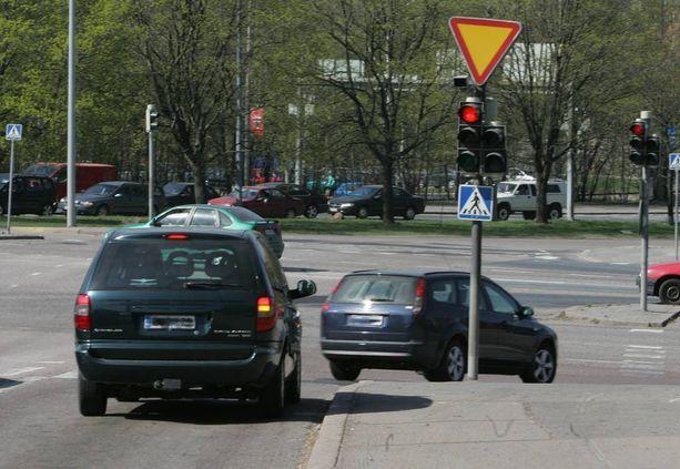 Punaista päin ajaminen on yleistä. Se aiheuttaa paitsi vaaraa myös sotkee liikennettä.