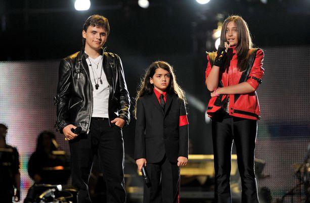 Jacksonin lapset Prince, Blanket ja Paris kuvattuna vuonna 2011. Nuorin lapsi Blanket esiintyy enää harvoin julkisuudessa.