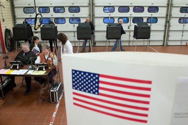 Varhaisimpia äänestäjiä paloasemalla Virginiassa.
