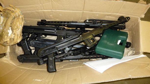Muhkea aselasti oli sullottu pakettiin.