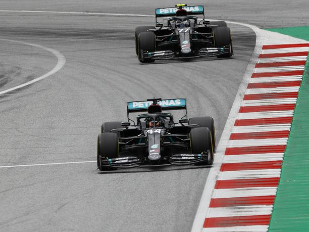 Mercedeksen Valtteri Bottas (77) johtaa tällä hetkellä F1-sarjaa. Bottaksen perässä tulee tallikaveri Lewis Hamilton (44).