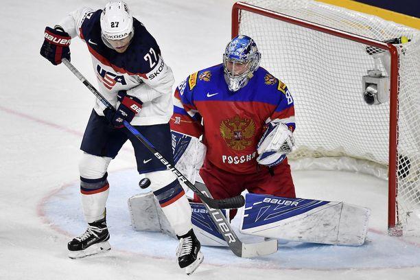 USA:n Anders Lee aiheuttaa ongelmia Venäjän maalivahdille Andrei Vasilevskille.