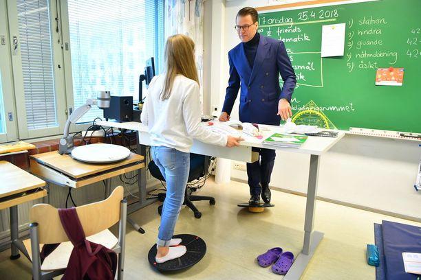 Prinssi kokeili tasapainolautaa luokkahuoneessa.