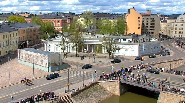 Hautajaissaattue saapumassa Linnalle.