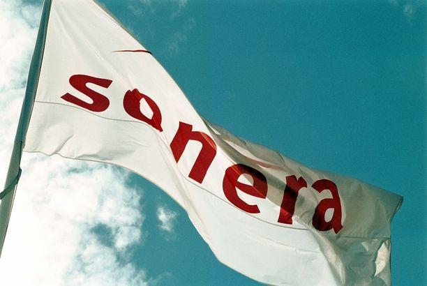 Soneran lippu konsernin päämajan salossa vuonna 2001.