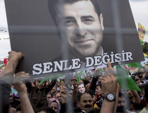 Vankilassa istuva presidenttiehdokas Selahattin Demirtasin puolue HDP saattaa saada parlamenttivaaleissa vaaditut 10 prosenttia äänistä, jolloin se pääsee parlamenttiin.