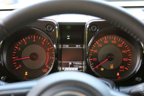 Mittarit ovat selkeät, mutta infonäytölle ei saa ajonopeutta eikä vakionopeudensäätimeen säädettyä nopeutta.