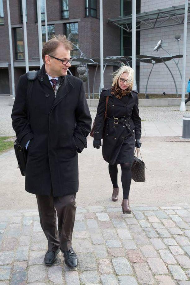 Keskustan puheenjohtaja Juha Sipilä odotteli puoluejohdon neuvonantajaa Riina Nevamäkeä eduskunnan lisärakennuksen Pikkuparlamentin edustalla viime keskiviikkona.