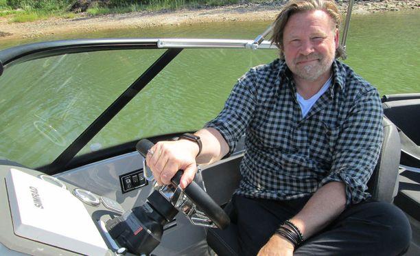 Christian Ruuttu sai kuin saikin veneensä vesille ennen juhannusta.