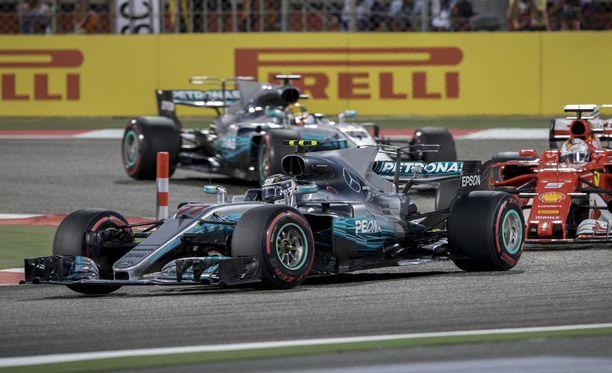 Valtteri Bottas piti vielä ensimmäisillä kierroksilla Sebastian Vettelin takanaan.