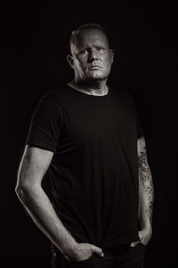 Hyvällä huumepoliisilla on oltava metsästäjänvaisto, joka johtaa tuloksiin, Mikael Runeberg sanoo.
