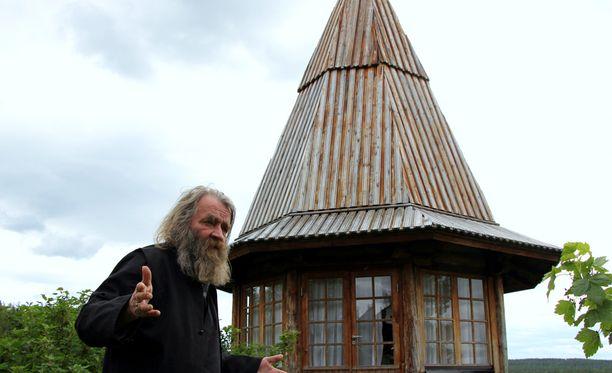 Ralf Forsström ja buddhalainen paviljonki.