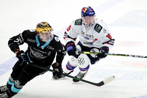 Pelicansin Hannes Björninen (vas.) ja HIFK:n Anton Lundell taistelivat pisteistä Lahdessa. Pelicans voitti 3-0.
