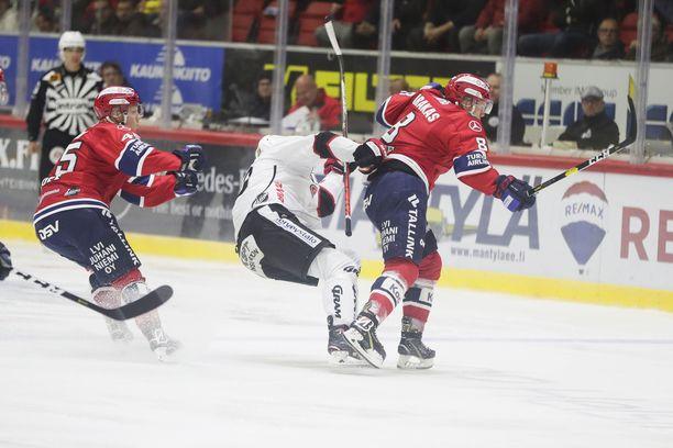 HIFK:n Ville Varakas taklasi JYP:n Anton Stråkaa pelikiellon arvoisesti.
