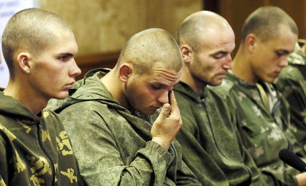 Kuvassa venäläisiä laskuvarjojääkäreitä tiedotustilaisuudessa Kiovassa. Ukrainan armeija kertoo vanginneensa 10 venäläistä sotilasta rajojensa sisältä.