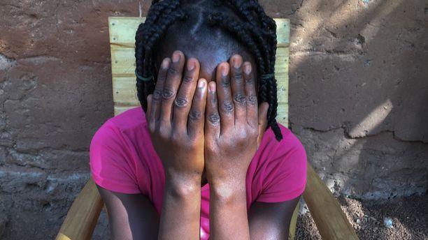 Rauhanturvaajien uhrit kertovat Ulkolinjassa kokemuksistaan. Heidän kasvojaan ei näytetä ja monen nimikin on vaihdettu henkilöllisyyden suojaamiseksi.