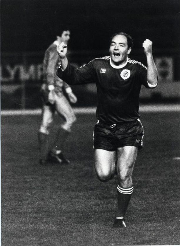 Atik Ismail tuuletti sensaatiomaista voittomaaliaan Liverpoolia vastaan vuonna 1982.