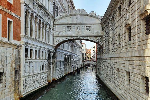 Venetsiassa on useita siltoja. Huokausten silta on niistä kuuluisimpia.