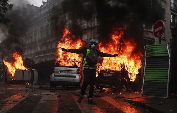 Mellakoijat sytyttivät autoja palamaan lauantaina Avenue Fochilla lähellä riemukaarta.