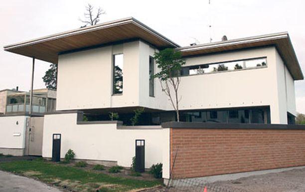 LUKSUSTA TARJOLLA Kimi Räikkösen myynnissä olevassa asunnossa on kahdeksan makuuhuonetta.