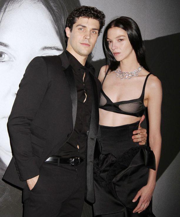 Balettitanssija Roberto Bolle sekä daaminsa malli Maria Carla, jolta oli paita jäänyt kotiin.